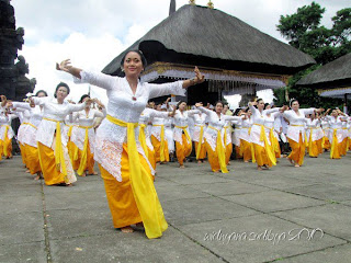 sacred dance in Bali, rejang dance, pendet dance, balinese sacred dance, holly dance