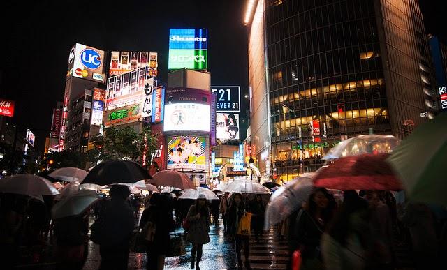 Cruce de Shibuya lluvioso