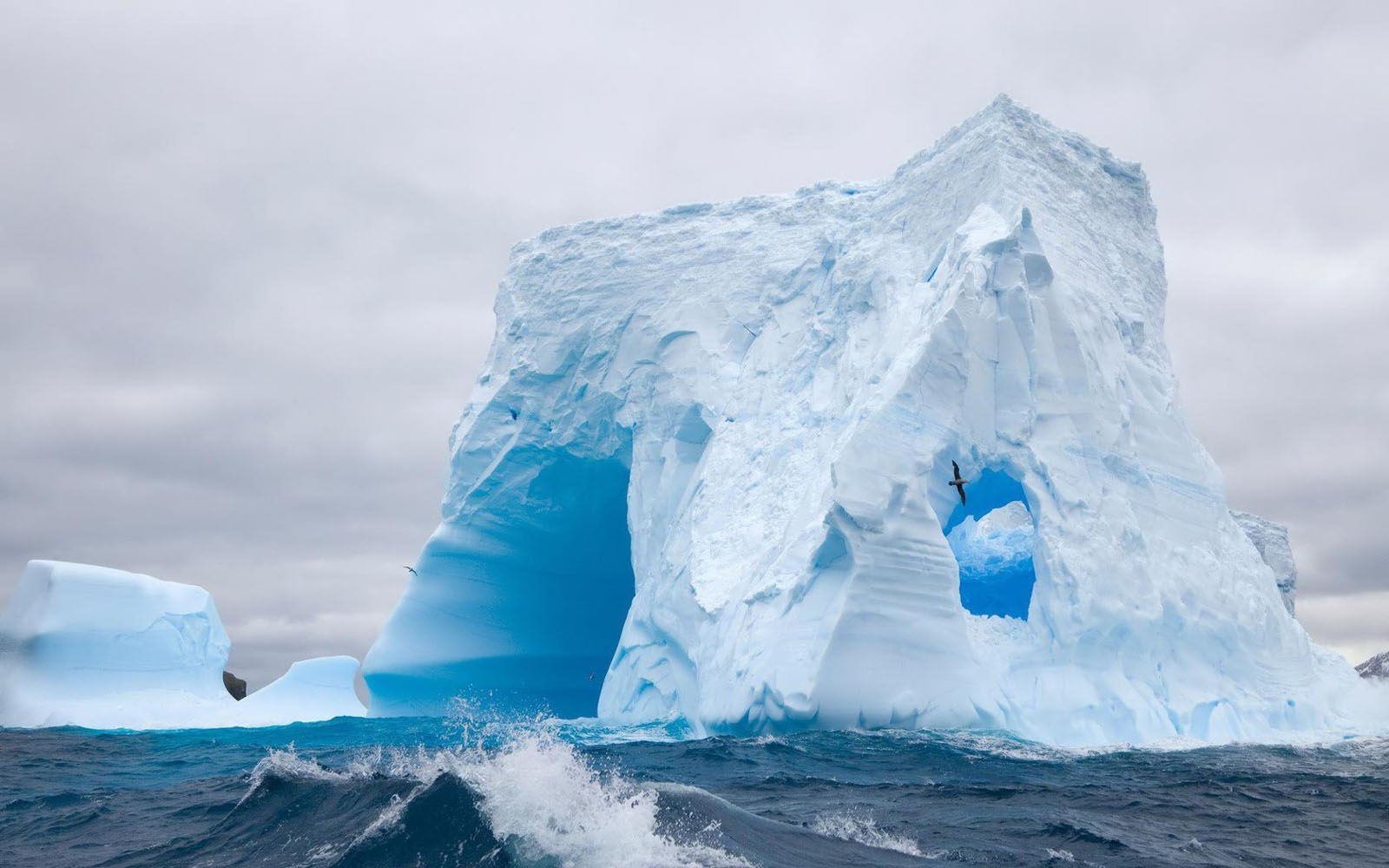wallpapers: Huge Antarctic Iceberg Wallpapers