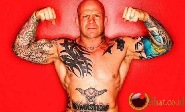 ... tato yang ia miliki pun beragam, di antaranya adalah nama anak-anaknya