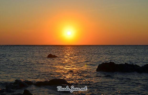 matahari pagi di pantai bama baluran