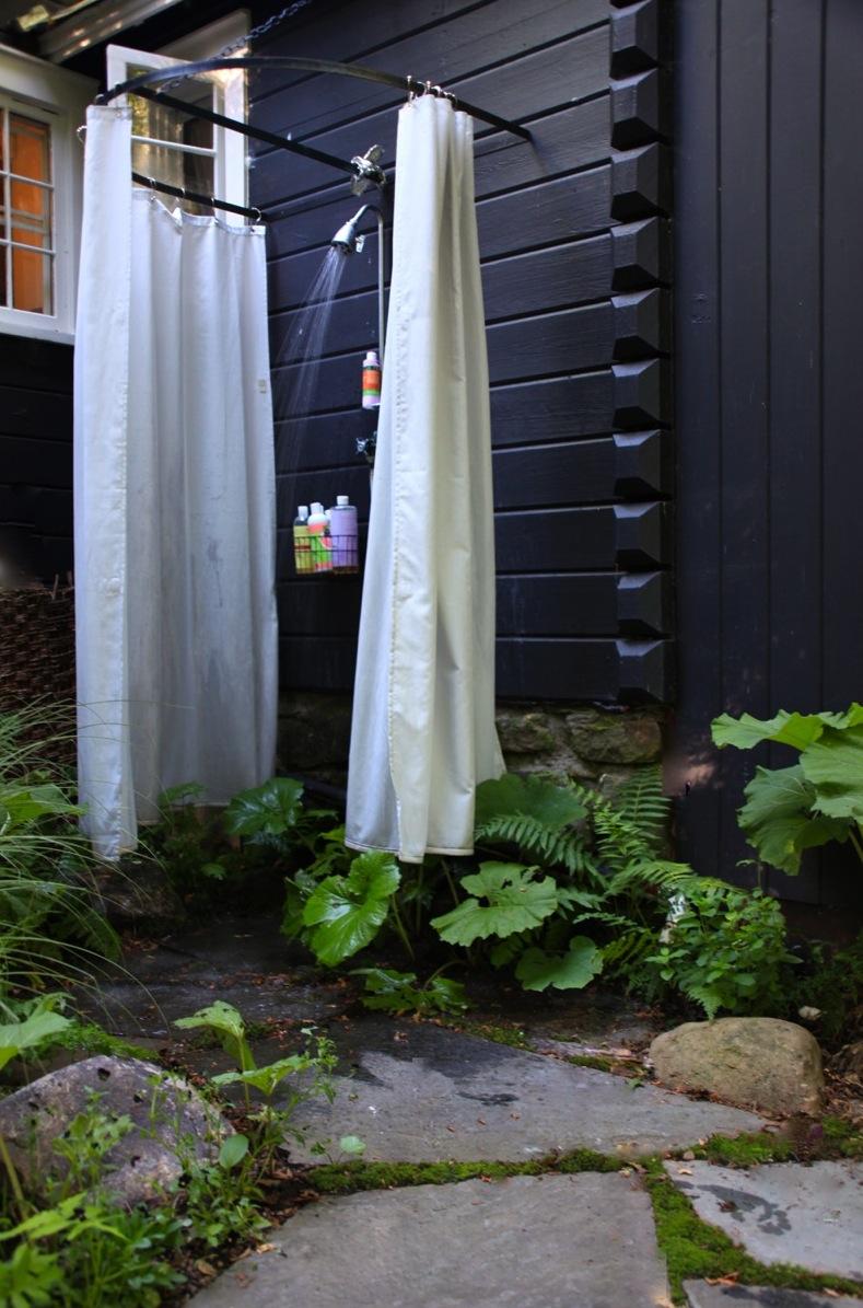 Keepin 39 it cool and hot in summer outdoor showers - Ducha en la terraza ...