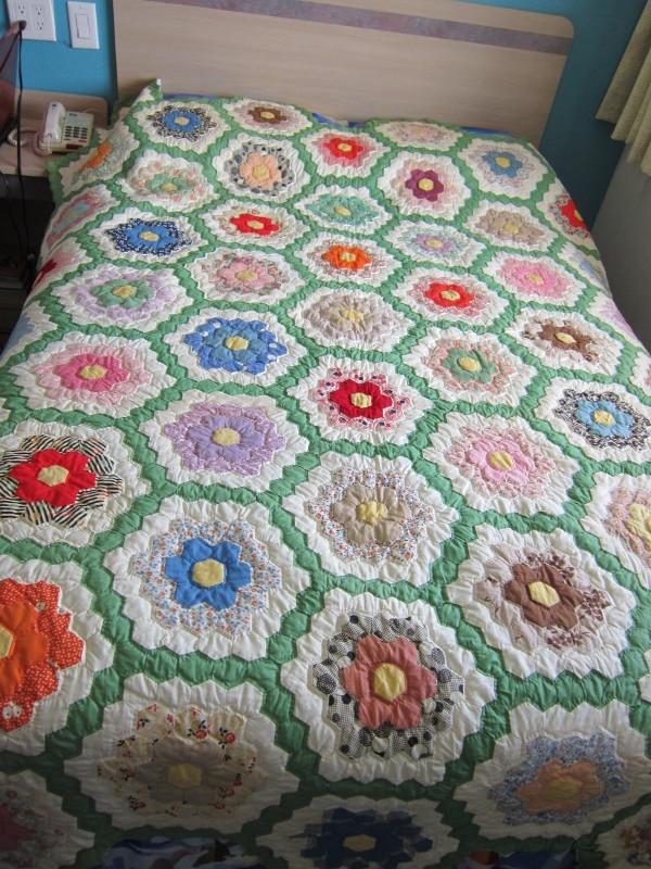 Missy 39 s homemaking adventures grandmother 39 s flower garden quilt for Grandmother flower garden quilt pattern variations