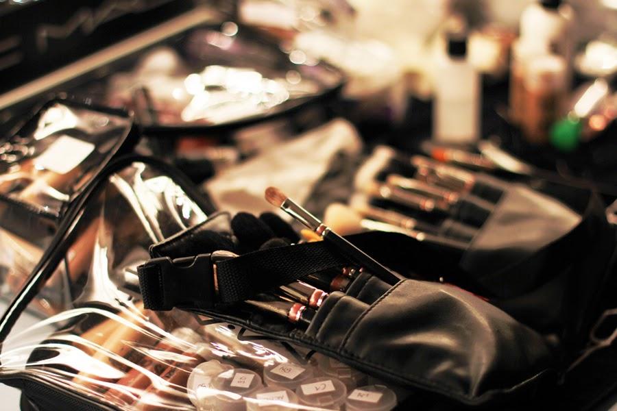 make up pinsel stylist aurtist berlin fashion week augustin teboul backstage