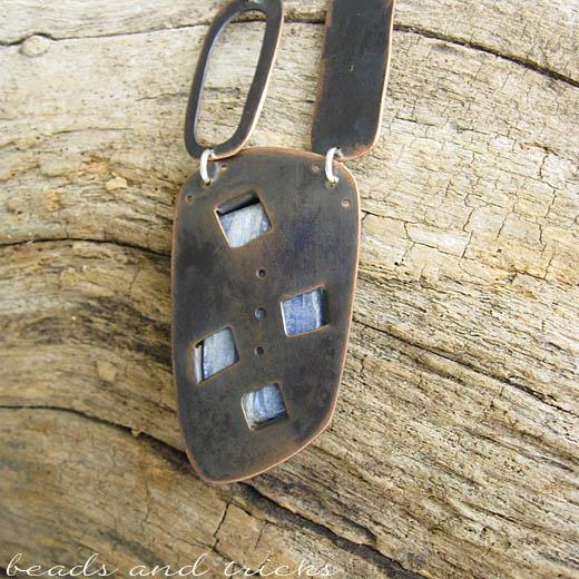 Collana in rame e argento con cianite, retro del castone