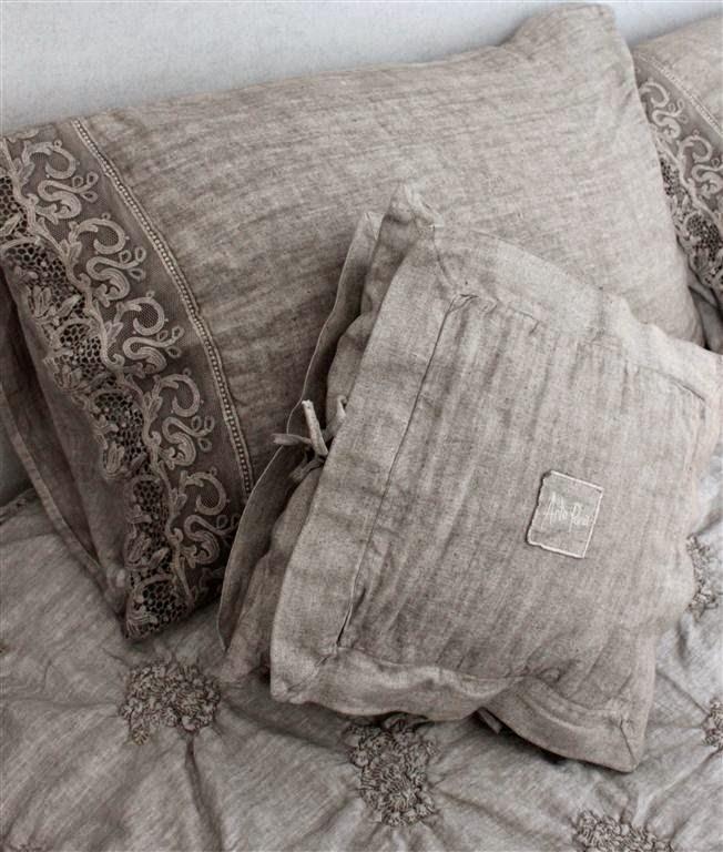 poduszki z koronkami na plotnie