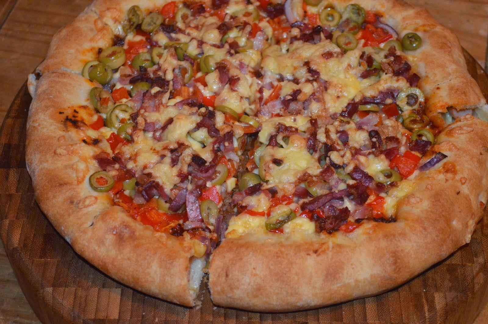 Pizza z bekonem i oliwkami
