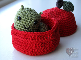 Amigurumi worm in his apple home