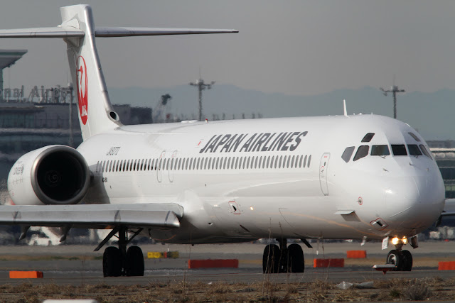 JAL MD-90 (JA8070) at Tokyo Haneda