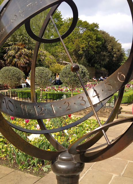 blog_neon_white_holland_park_sundial