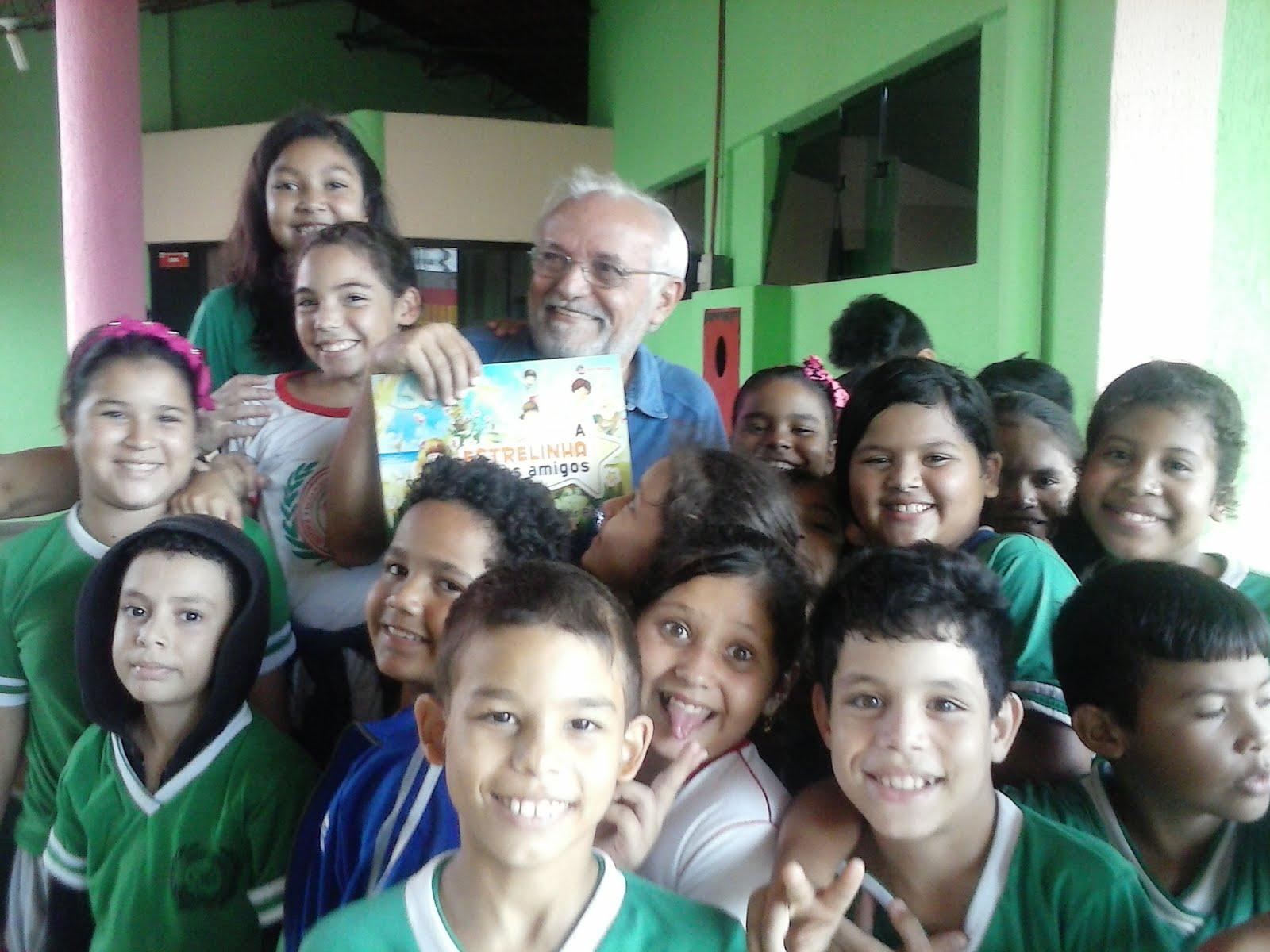 O poeta exibe seu livro infantil para as crianças na biblioteca pública, em Porto Velho