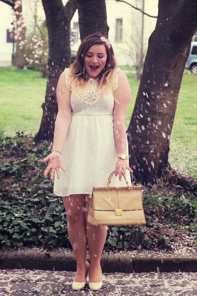 Outfit – Curvy white dress & Vintage bag