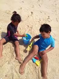gambar anak bermain pasir