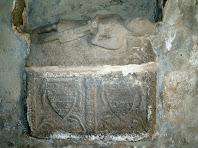 Sarcòfag del mur lateral dret representant un guerrer o cavaller