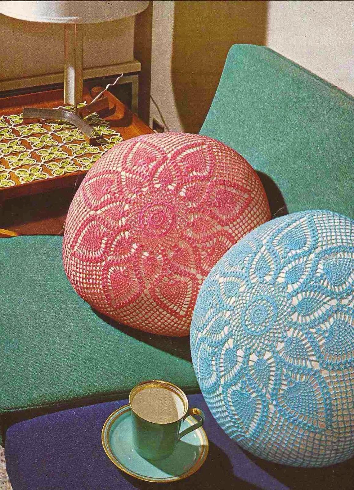 Almohadón con diseño de flor de piñas ganchillo