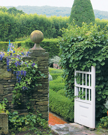 Wooden gates archives design chic design chic for Connecticut cottages and gardens