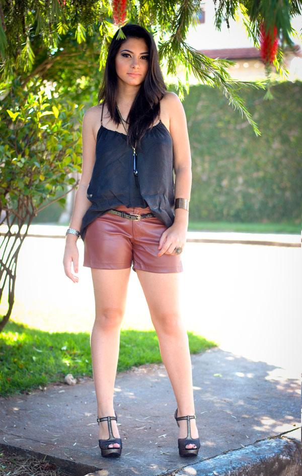 look shorts de couro, blusa com decote nas costas e alça fina - tendência de inverno