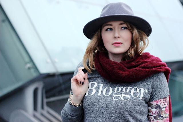 Modeblogger, blogger, how to explain why you are a blogger, floral pants, jogger, schuhtempel 24, black trenchcoat, schwarz, vila, about you, online shop, marsala, schal, asos,