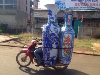Dört vazo ve motorsiklet