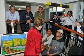 presidenta Dilma rousseff prestigia a exposição do artista ex morador de rua da cidade de são paulo