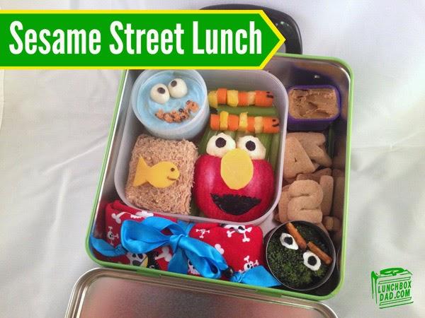 Un papa prépare une Lunch Box Monsters