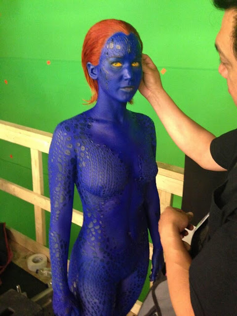 Jennifer Lawrence desnuda y pintada en azul