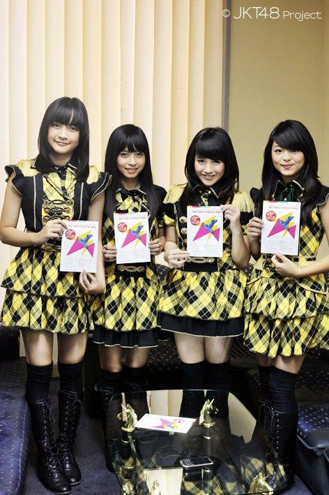Kinal JKT48 , Rica JKT48 , Nabilah JKT48 dan Jeje JKT48 sebelum membagikan flyer