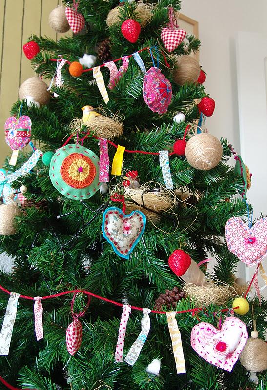 Lalibelula arbol de navidad con adornos de fieltro y tela - Adornos navidad tela ...