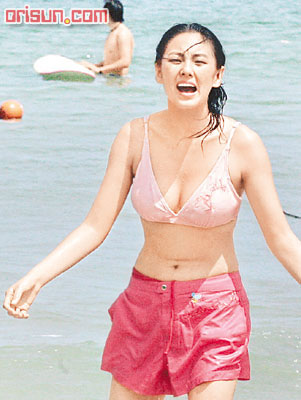 kitty zhang yuqi bikini on the beach 01
