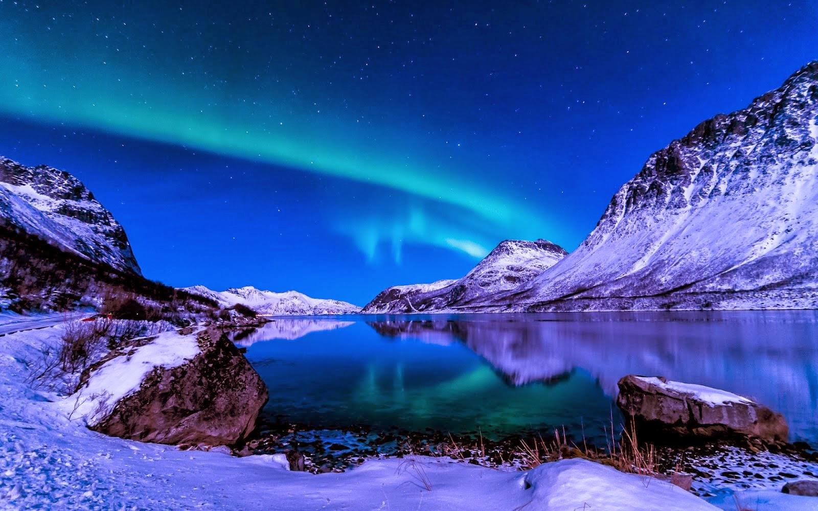 Hermoso paisaje con auroras