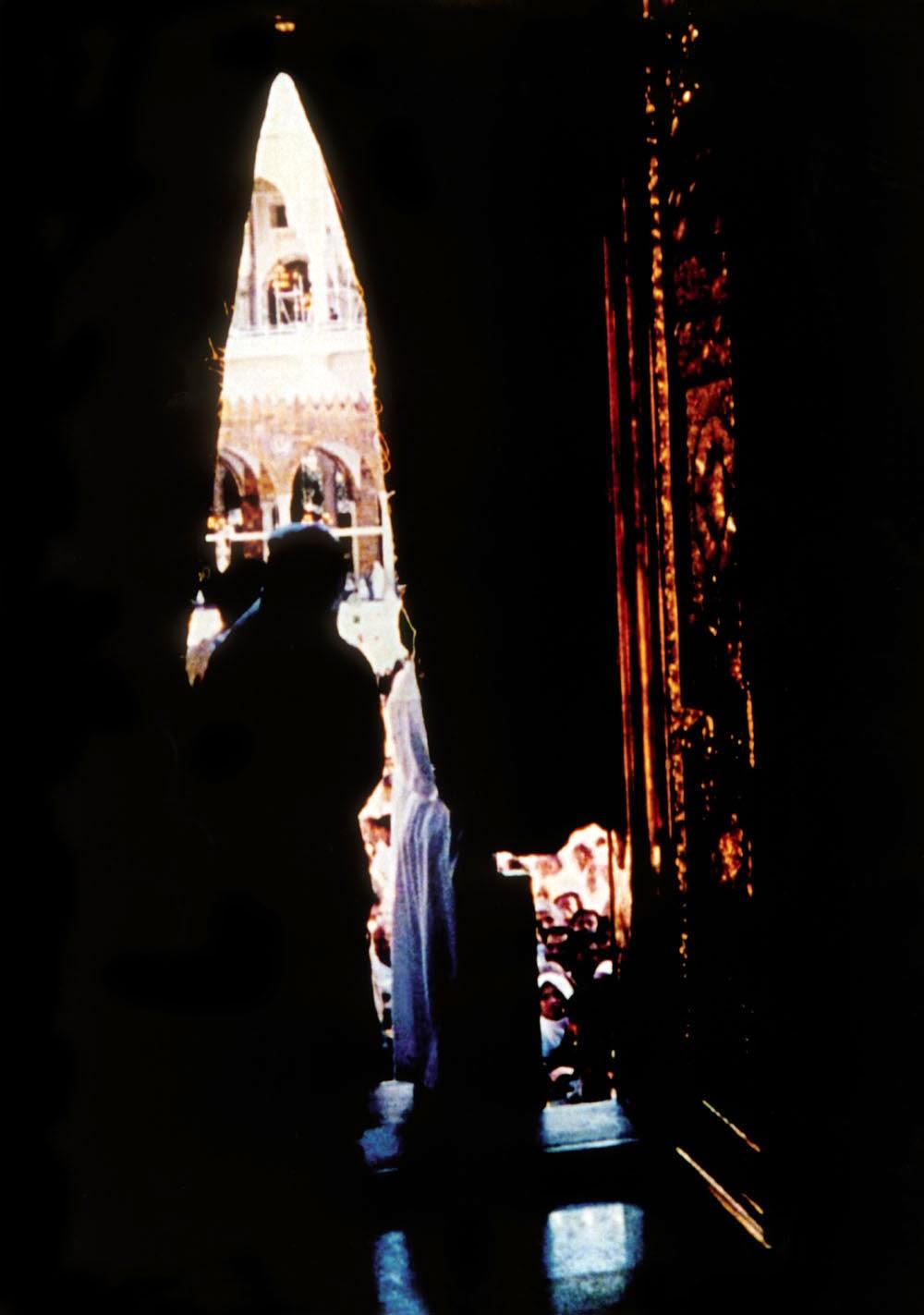����� ���� ������ �������.. ���� صورة نادرة من جوف الكعبة المشرفة ـ تصوير عمر المضواحي.jpg
