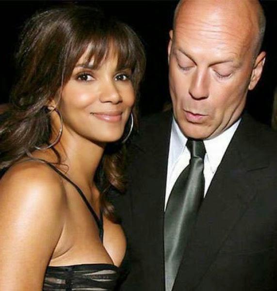 Bintang laga Hollywood, Bruce Willis sedang mengernyitkan kedua matanya sambil melirik pada sesuatu yang indah yang dimiliki oleh Halle Berry