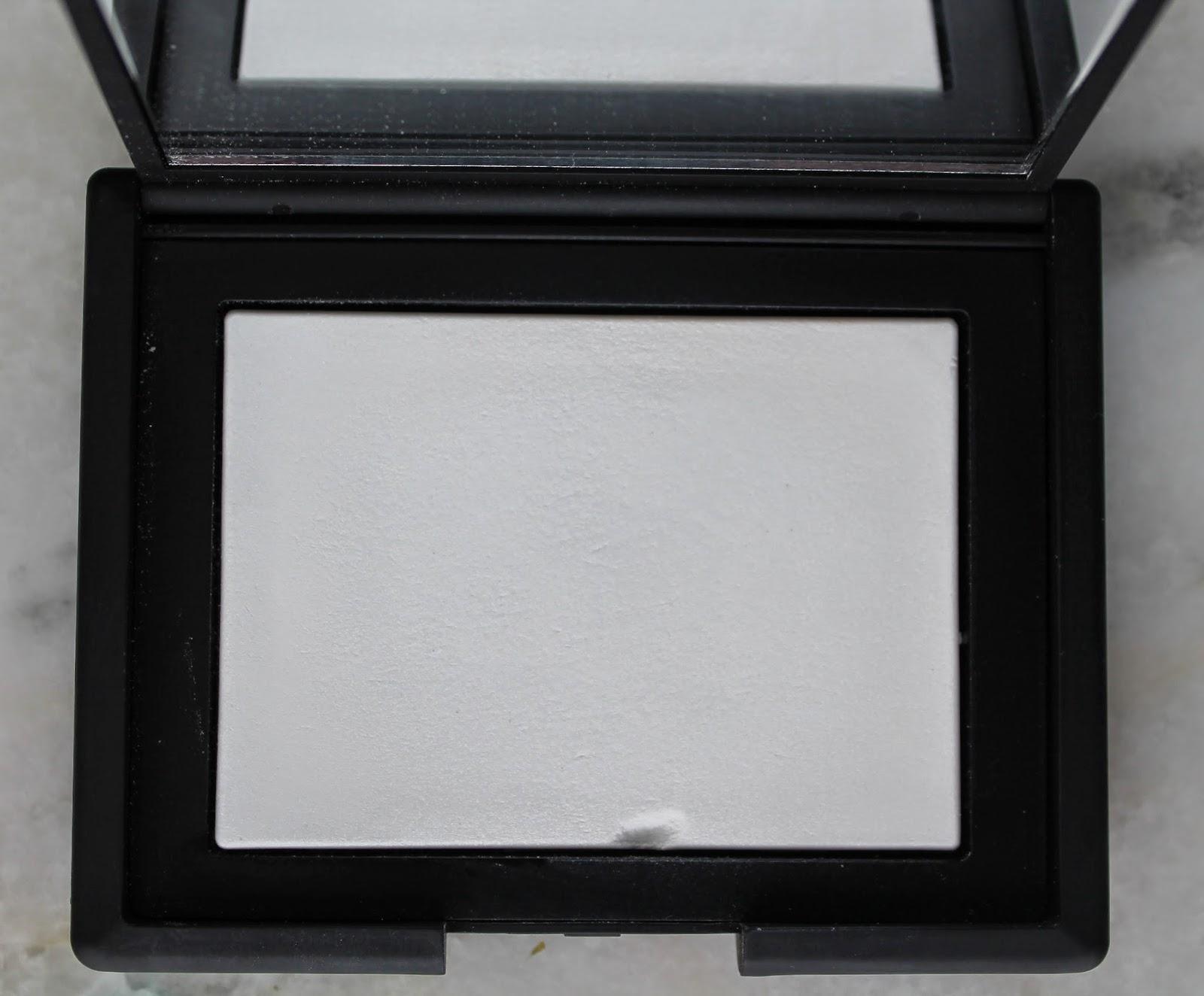 Poudre compacte translucide réfléchissant la lumière de Nars