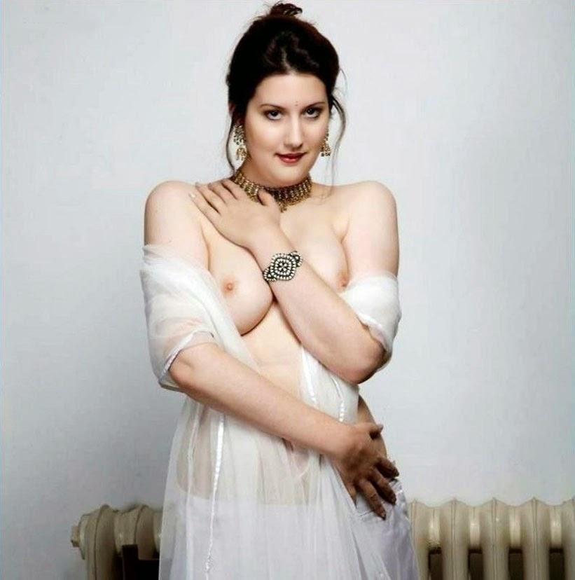 Sexy Hot Desi Bhabhi Showing Her Beautiful Boobs
