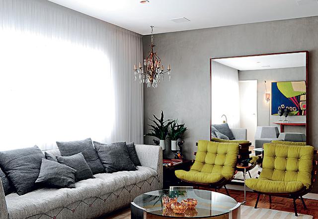 decoracao de sala azul turquesa e amarelo : decoracao de sala azul turquesa e amarelo:cabeceira cinza, as almofadas coloridas e variadas, os criados-mudo de