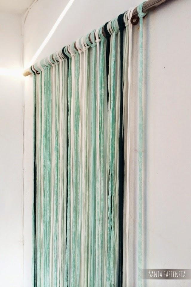 Decorar con trapillo una cortina muy veraniega santa for Como hacer una cortina para exterior