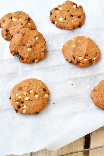 cookies con gocce dicioccolato bianco e fondente