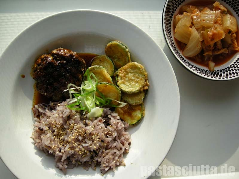 Tteok Galbi, Reis, Zucchini, Kimchi