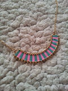 colis-née-jolie-bijoux-collier-plastron