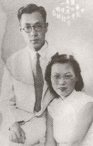 """1941.7父母结婚纪念。父母皆在日本东京留学并相识,父亲于早稻田大学土木建筑系,母亲在中专学习商业管理。因""""七七事变""""返回中国。"""