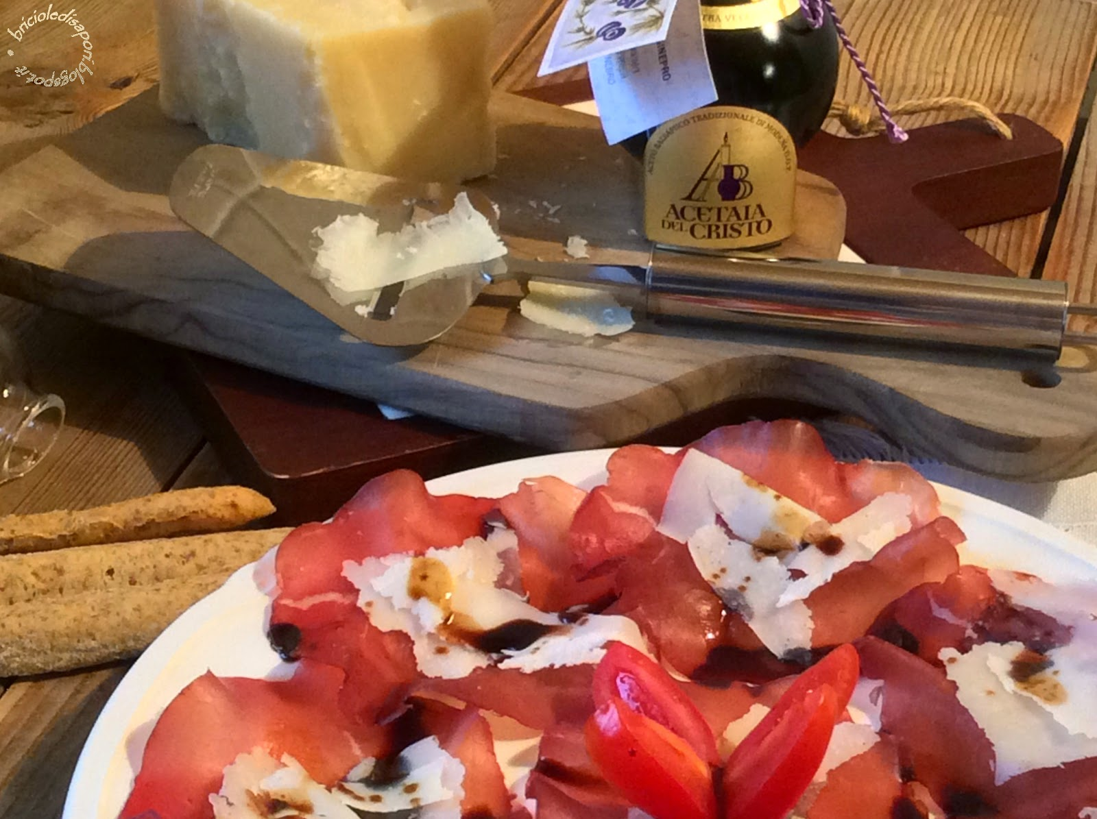 bresaola della valtellina, scaglie di parmigiano reggiano e aceto balsamico tradizionale di modena d.o.p.