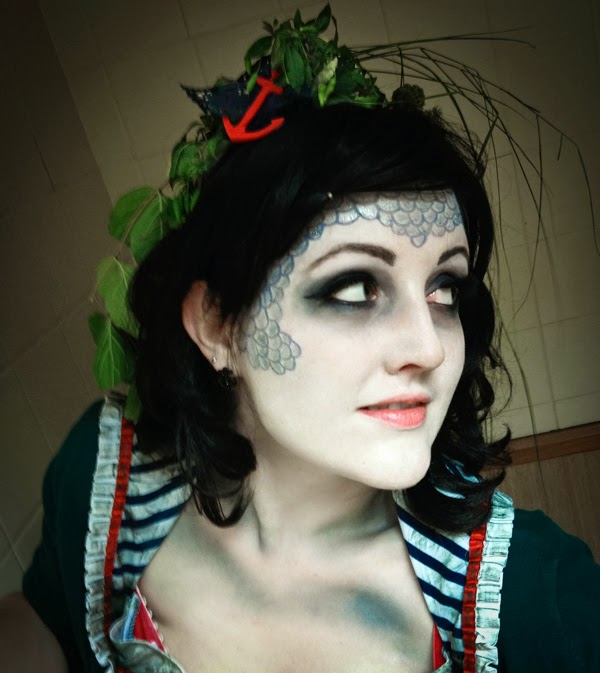 DIY Halloween costume outfit: drowned aquatic sea zombie sailor with scary make up, fish scales and seaweed