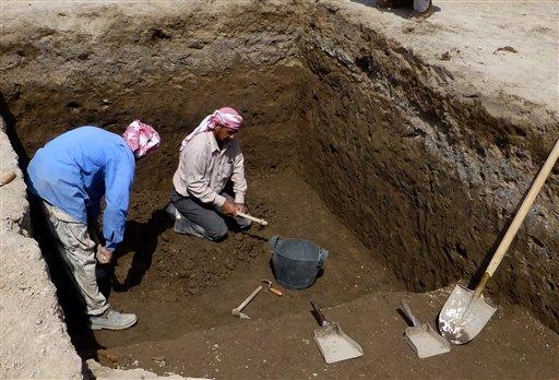 DUA orang pekerja menggali di lokasi bekas sebuah kompleks pentadbiran zaman Nabi Ibrahim di Tell Khaiber pada 31 Mac lalu.