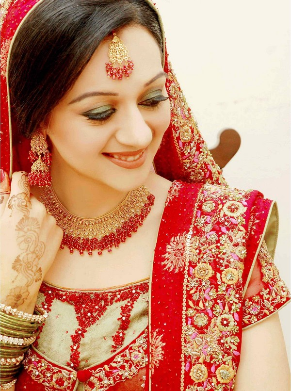 Applying Makeup For Wedding Photos : Tips to Apply Bridal Makeup At Home