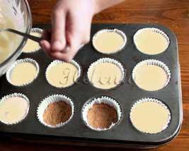 потом кладем массу из печенья , сверху накладываем творожную смесь