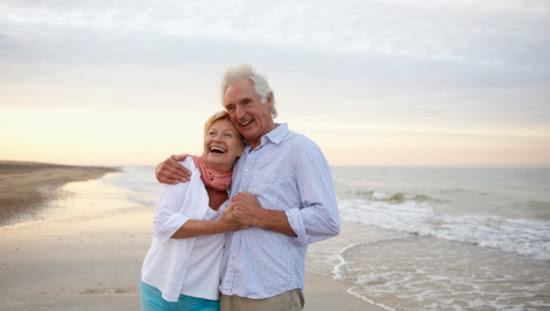 пожилая пара на берегу моря