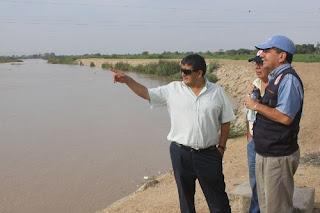 El presidente regional de Lambayeque, Humberto Acuña, inspeccionó puntos críticos del río Reque. Foto: Gobierno Regional de Lambayeque.