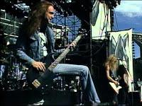 """1. Cliff Burton (Metallica)    Clifford Lee Burton (10 Februari 1962 - 27 September 1986) adalah seorang bassis Amerika dikenal sebagai pemain bas American thrash metal band Metallica. Sebagai seorang bassis ia  membuat berat menggunakan distorsi dan efek (beberapa dari yang biasanya berhubungan dengan  non-gitar bass), terbaik dicontohkan pada bagian tanda tangannya, """"(Anesthesia) Pulling Teeth"""".   Burton menjadi pengaruh awal penting dalam menciptakan gaya musik yang unik yang Metallica menjadi terkenal. Burton bergabung dengan band pada tahun 1982 dan dilakukan pada album  debut mereka, Kill 'Em All. Burton dilakukan pada dua album Metallica, Ride the Lightning dan   Master of Puppets, yang keduanya bertemu dengan komersial utama dan penentu keberhasilan. Burton anumerta dilantik ke dalam Rock and Roll Hall of Fame dengan Metallica pada 4 April 2009. Burton meninggal ketika bus wisata band tergelincir dan jatuh di Swedia. 2. Billy Sheehan (Mr. Big)    William 'Billy' Sheehan (lahir pada 1953 Maret 19 di Buffalo, New York) adalah seorang Amerika bassis terkenal karena karyanya dengan Talas, Steve Vai, David Lee Roth, Mr Big , and Niacin .   Besar, dan Niacin. Sheehan telah memenangkan """"Best Rock Bass Player"""" pembaca 'polling dari Majalah Guitar Player lima kali untuk """"memimpin bass"""" gaya bermain. Guitar Player telah disamakan  dengan bermain solo di empat senar instrumen untuk Eddie Van Halen' s pada enam-string gitar.   Sheehan's repertoar termasuk penggunaan chording, dua tangan menekan, tangan kanan """"tiga jari memetik"""" teknik dan dikendalikan umpan balik. Namun, Sheehan juga tercatat sebagai yang stabil  """"benar"""" bassis, memenuhi peran tradisional mendukung bass listrik di batu rhythm section. Dia telah menjadi anggota Gereja Scientology sejak 1971 dan muncul di jalan yang menawarkan untuk mempertahankan selama Proyek Chanology. 3. Michael """"Flea"""" Balzary (Red Hot Chili Peppers)    Lahir pada 16 Oktober 1962 di Melbourne, Australia, Balzary dan keluarganya pindah"""