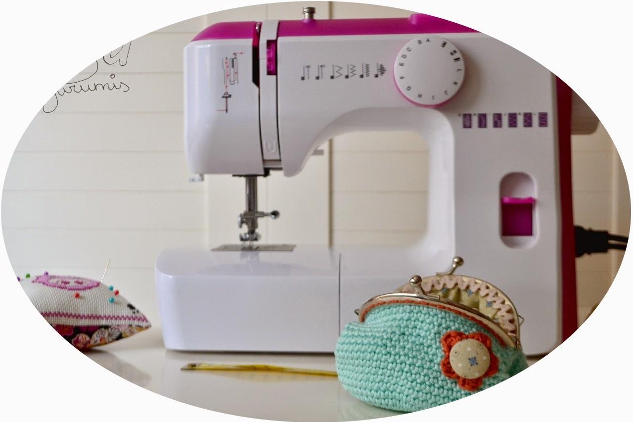 http://www.noagurumis.com/2014/05/primeros-pasos-maquina-coser-monedero-ganchillo.html