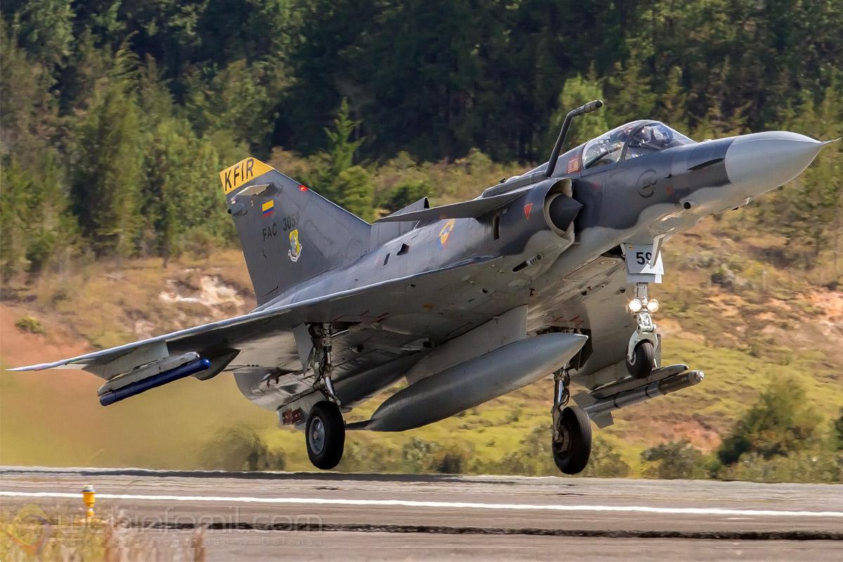 Kfir C-10 de la Fuerza Aérea Colombiana despegando rumbo a una misión de entrenamiento propulsado por su potente motor J79.